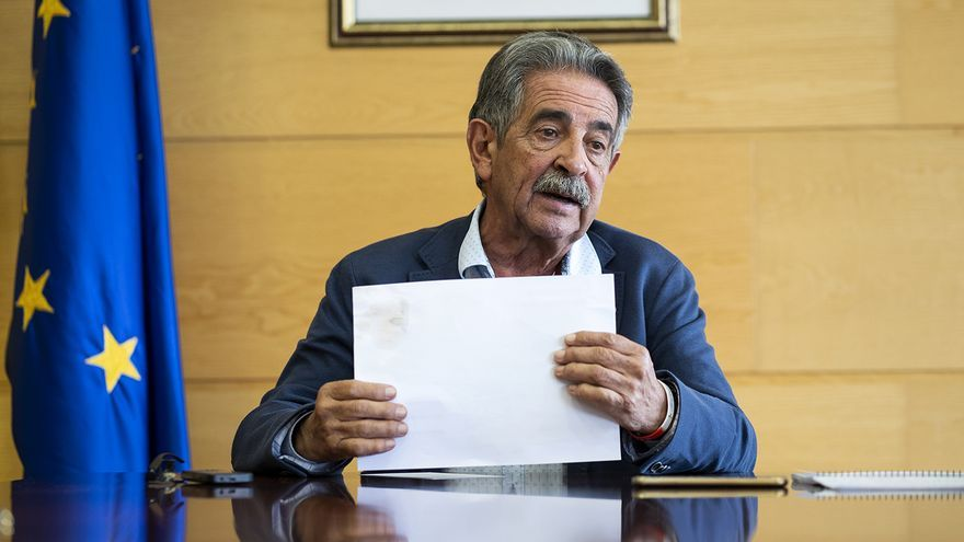 Miguel Ángel Revilla en la sala del Consejo de Gobierno de Cantabria.   JOAQUÍN GÓMEZ SASTRE