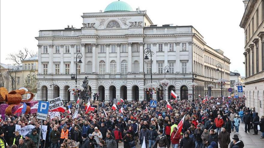 Miles de polacos se manifiestan en Varsovia por la democracia y contra el Gobierno