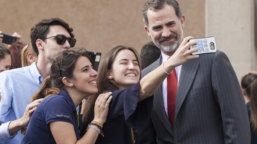 'Selfie' junto al Rey de unos jóvenes, este martes en Santa Cruz