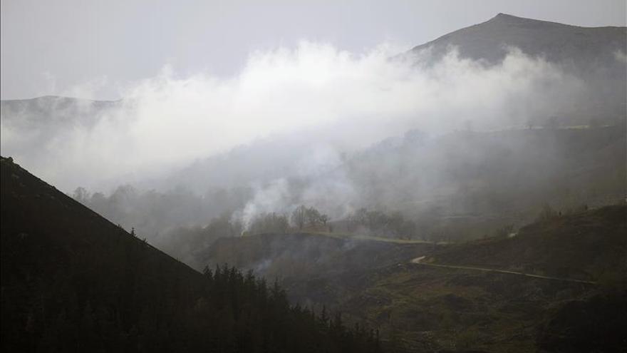 Se mantienen en Asturias 14 incendios forestales, de ellos 10 controlados