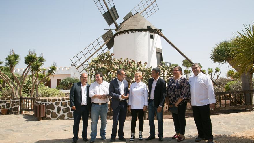La cocinera Susi Díaz, chef reconocida con una estrella Michelin, junto al consejero de Agricultura, Narvay Quintero,
