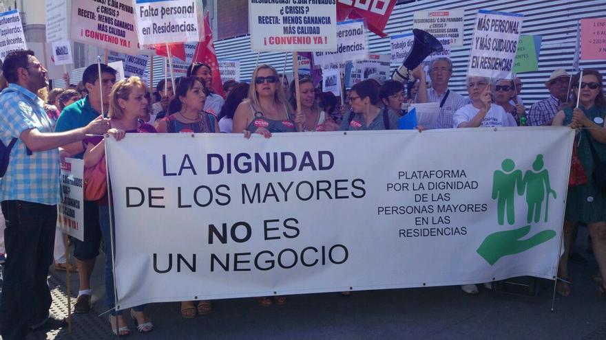 Concentración protestando por las condiciones de las residencias ante el Gobierno regional
