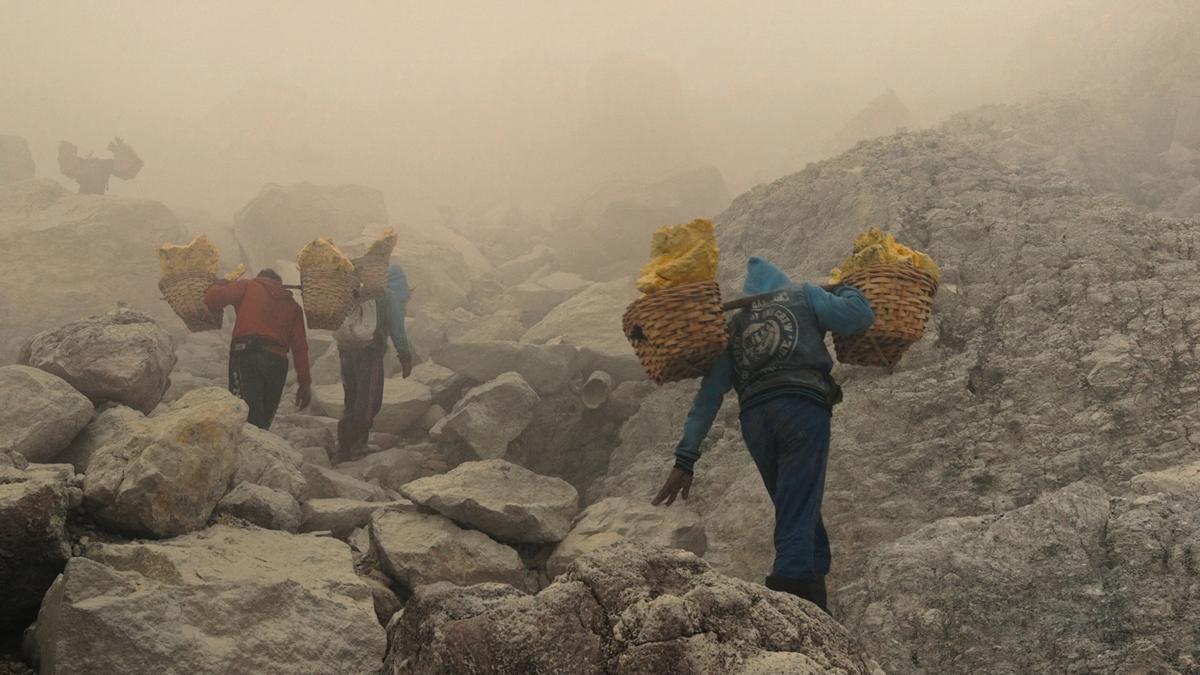 Mineros del volcán Kawah Ijen, en uno de los fotogramas de la película.