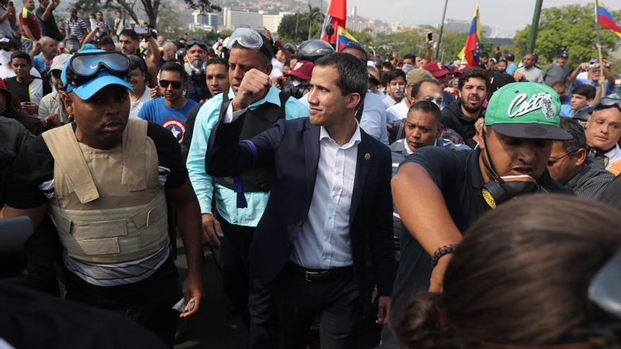 El presidente de la Asamblea Nacional, Juan Guaidó (c), participa en una manifestación en apoyo a su levantamiento contra el gobierno de Nicolás Maduro este martes, en Caracas (Venezuela).