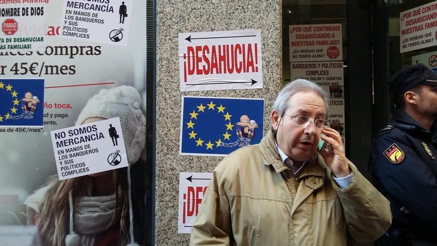 Protesta antidesahucio frente a la oficina bancaria del Banco Popular en la calle Trapería / E. R.