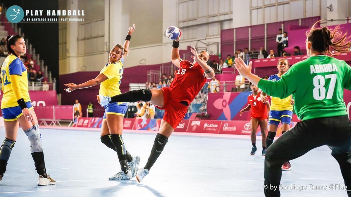 Ciris García arma el brazo para lanzamiento en un partido