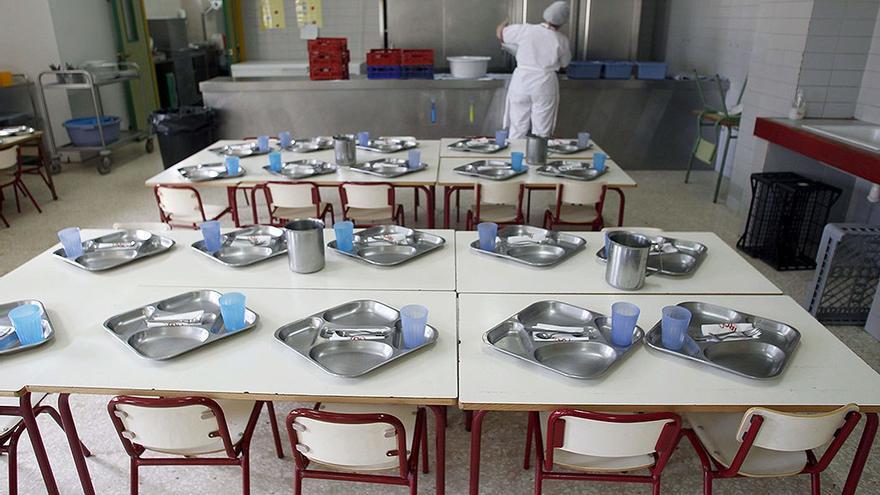 Preparativos en un comedor escolar. (Eldiario.es).