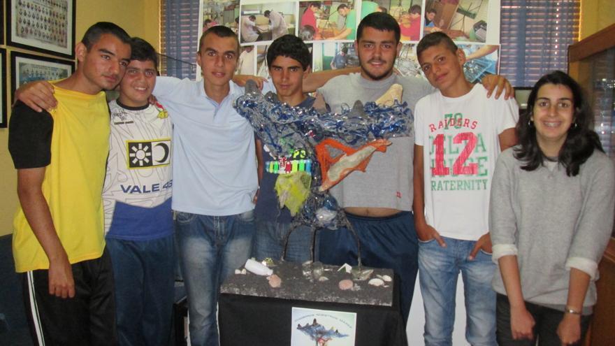 En la imagen, alumnos del Aula Enclave con la escultura premiada. Foto: LUZ RODRÍGUEZ