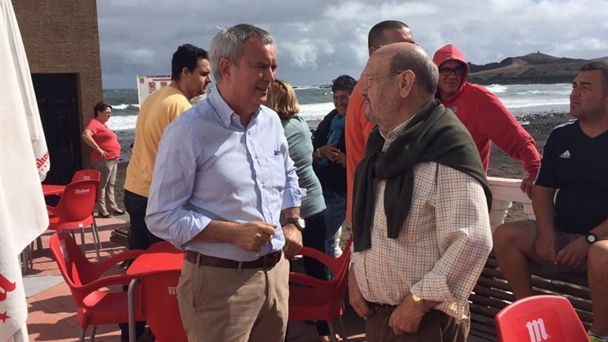 Sebastián Franquis, con vecinos de Ojos de Garza.