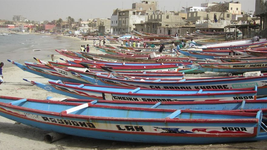 Cayucos en la playa de Ngor, una de las estampas más auténticas de Dakar. fraggedreality