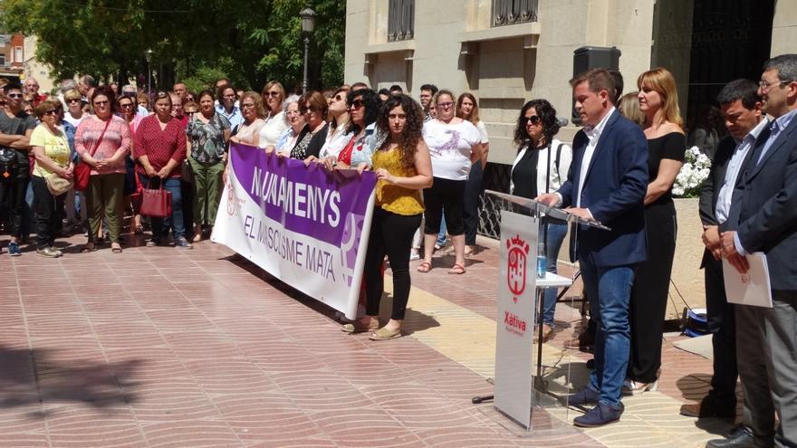 Imagen del minuto de silencio celebrado a las puertas del Ayuntamiento de Xàtiva