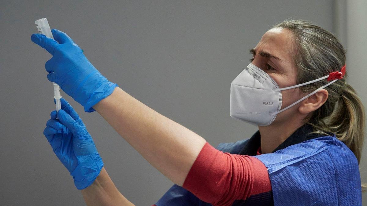 Una trabajadora sanitaria administra vacuna