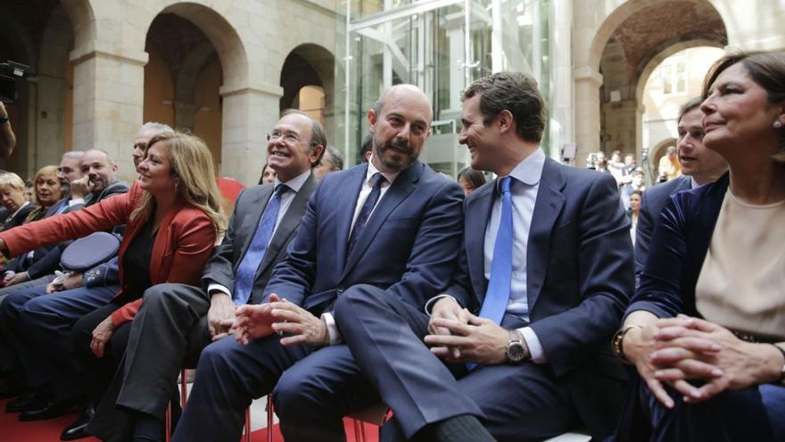 El líder del PP, Pablo Casado, junto a Pedro Rollán, presidente de la Comunidad de Madrid