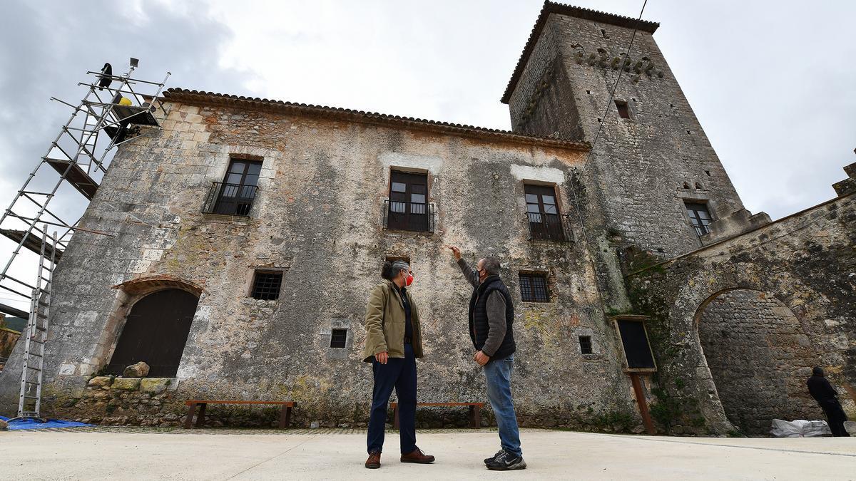 El antiguo Hospital de Cervelló, de Olesa de Bonesvalls, ahora en obras. Frente a él, el concejal Vico y el capataz de la obra