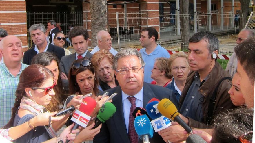 """Zoido dice que Rajoy es """"implacable"""" contra la corrupción y que ni él ni Cospedal """"miran para otro lado"""""""