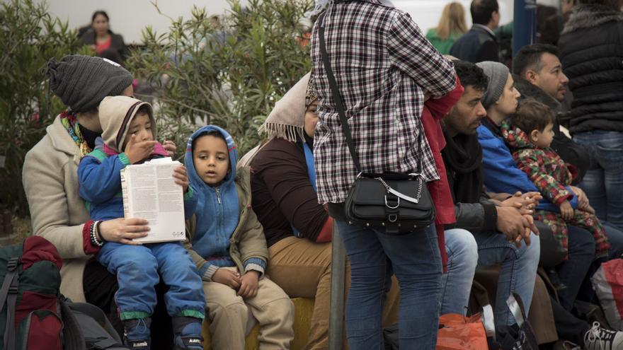 El grupo de inmigrantes sirios justo después de llegar al puerto del Pireo (Atenas) con los tres niños / FOTO: Aitor Sáez