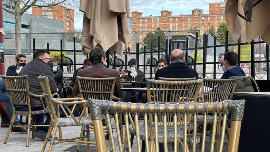 El vicepresidente, Francisco Igea, con consejeros y altos cargos de la Junta en la terraza.
