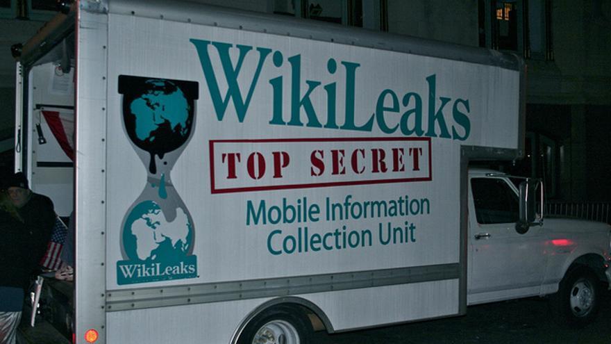 Un camión parodiando a Wikileaks
