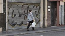 Una mujer con bolsas de la compra durante el estado de alarma.