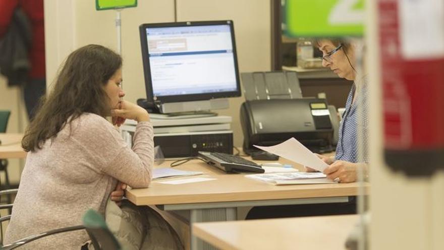 Imagen de archivo con usuaria de una oficina pública de empleo