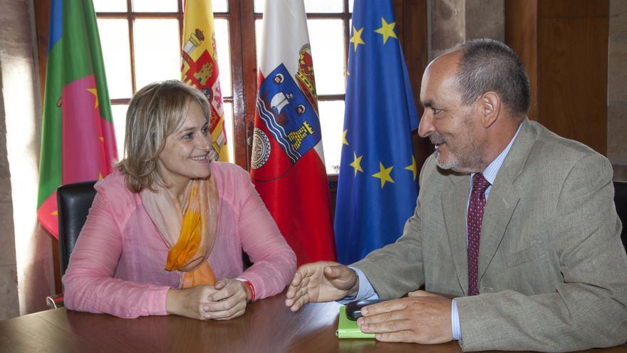 La alcaldesa de Camargo, Esther Bolado, en la reunión junto al director del aeropuerto cántabro, Bienvenido Rico.