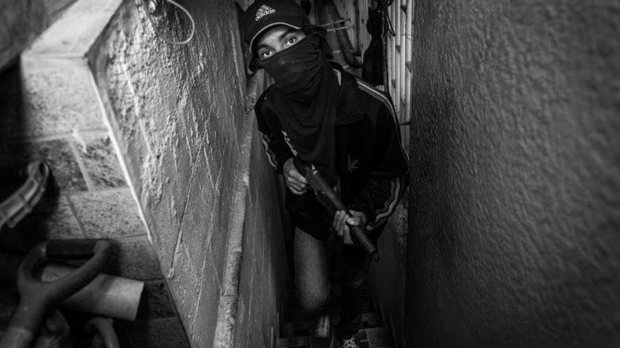 Freddy, de 16 años, miembro de una banda de secuestradores, fotografiado en una casa segura en una barriada de Caracas