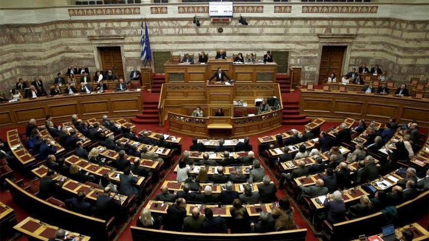 El Parlamento vota el último paquete de austeridad en medio de las protestas