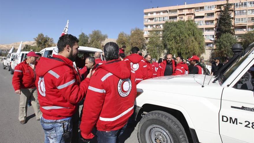 Los primeros camiones con ayuda entran en una urbe siria sitiada cerca de Damasco