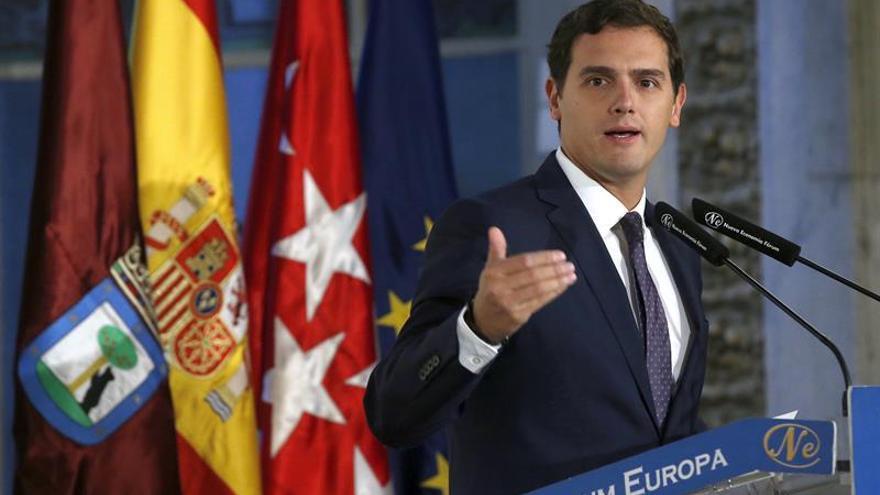 Rivera pide al PP y PSOE que se sienten ya a negociar el Gobierno