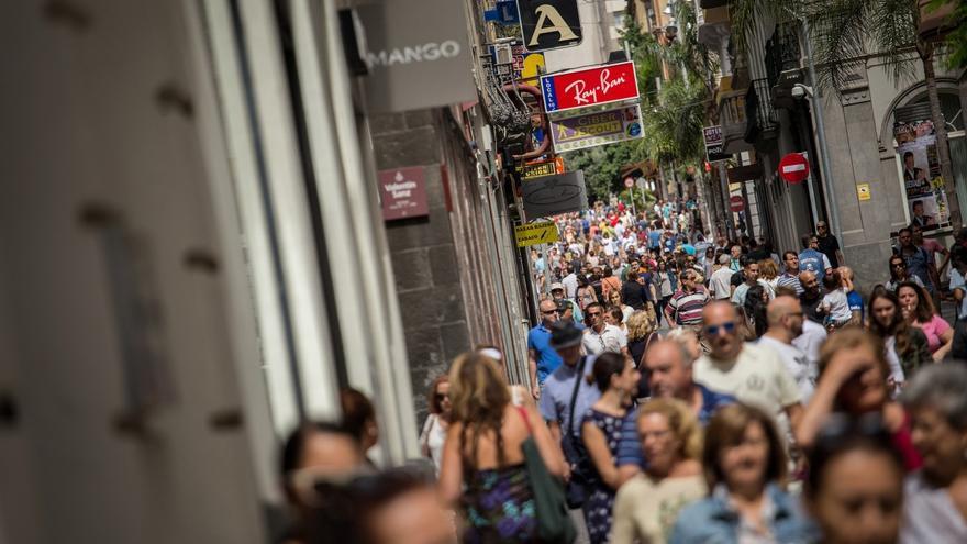 Gente en las calles del centro de Santa Cruz