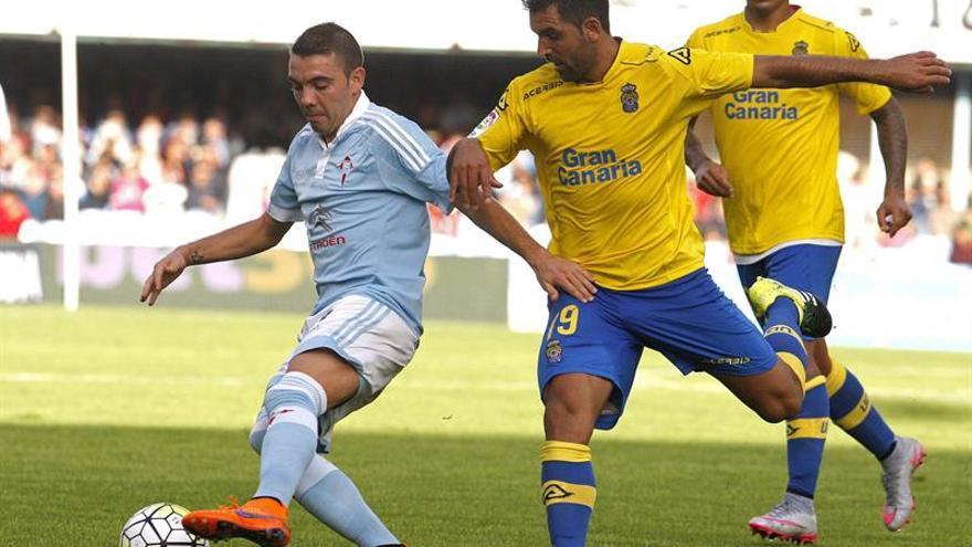El jugador del Celta de Vigo Iago Aspas , pugna por un balón con Juan Culio. EFE/ Salvador Sas