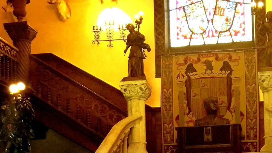 Escudo franquista y busto del dictador en el interior del pazo de Meirás
