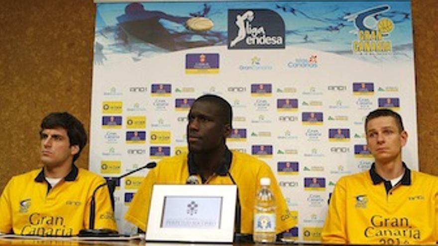 Los tres capitanes, Bellas, Savané y Nelson, durante la rueda de prensa. (cbgrancanaria.net)