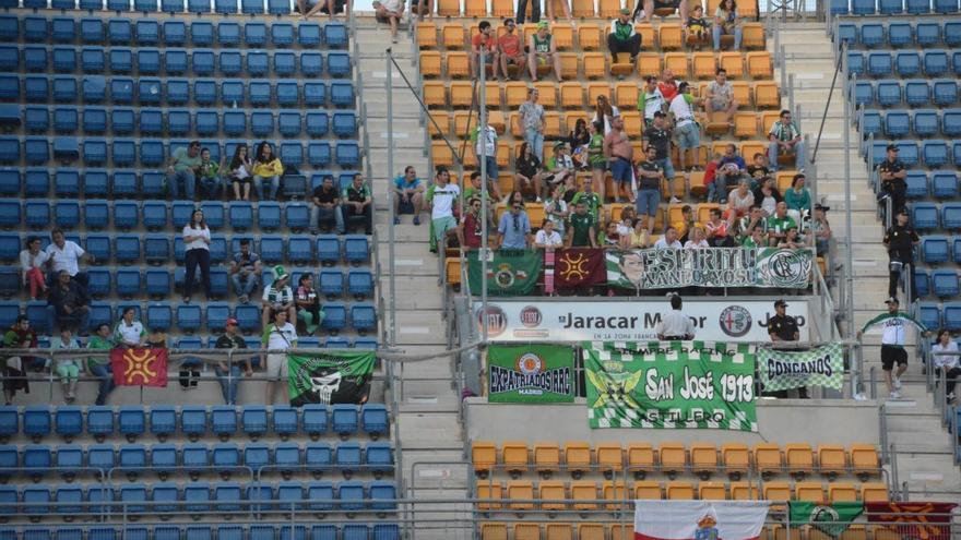 Los aficionados cántabros en la grada del estadio Ramón de Carranza. | RACING