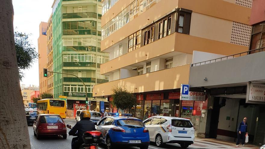 Retenciones en la calle Néstor de la Torre ante el hundimiento del carril central.