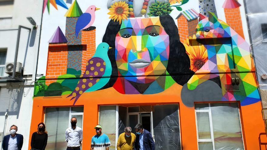 Obra realizada por el artista Okuda en la fachada de Coorcopar en Torrelavega