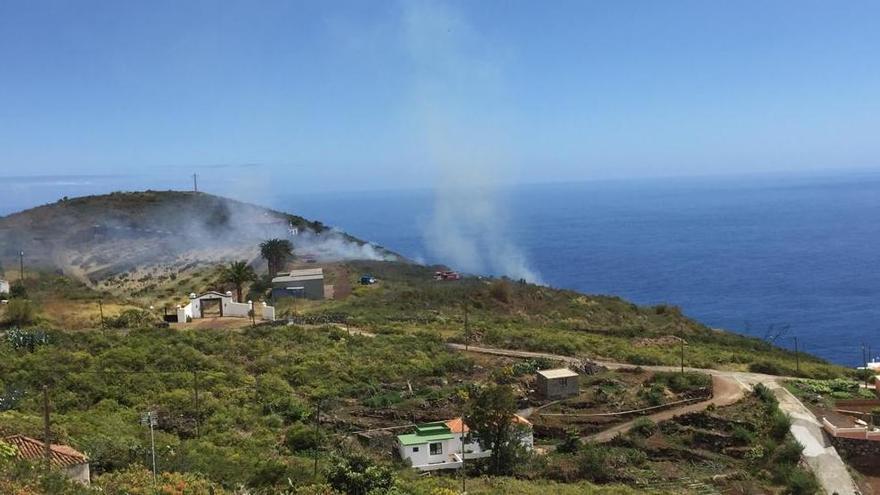 En la imagen, humo procedente del incendio de Llano Amador.