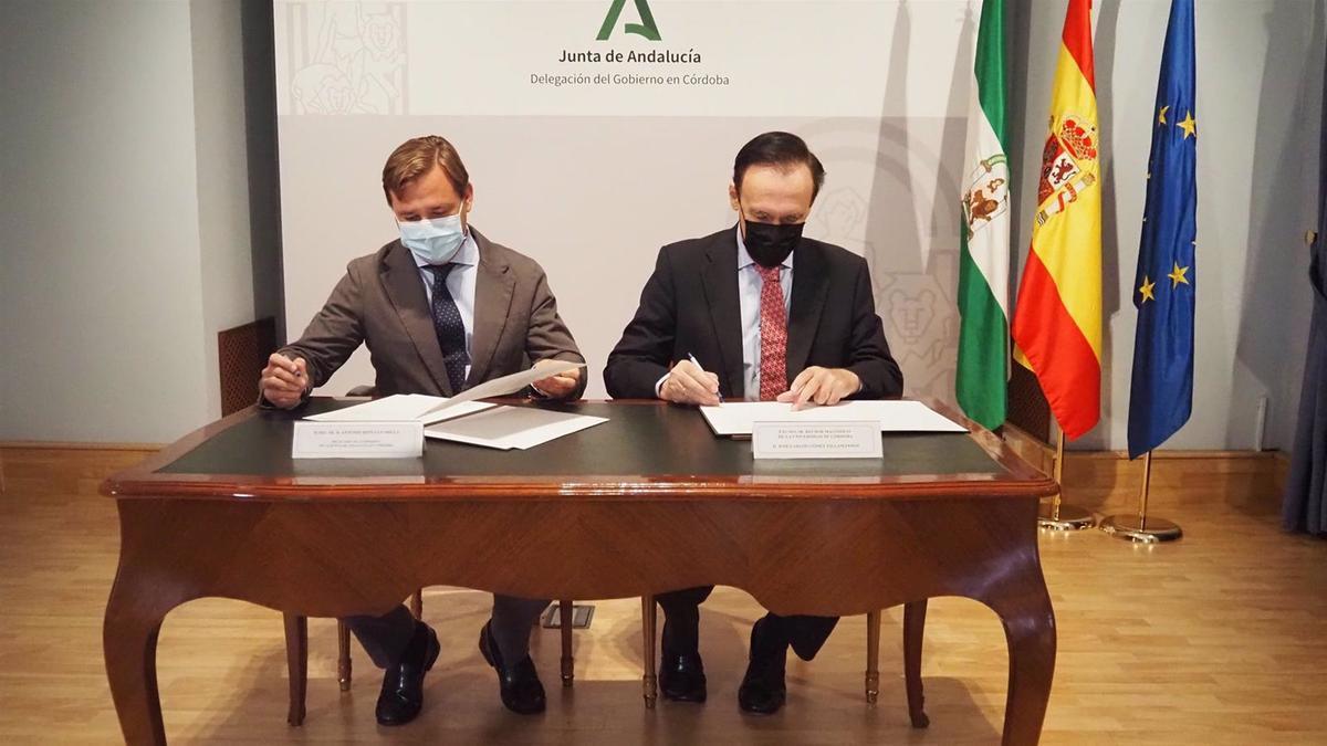 El delegado del Gobierno andaluz en Córdoba, Antonio Repullo, y el rector de la Universidad de Córdoba (UCO), José Carlos Gómez Villamandos, durante la firma de la cesión de instalaciones de Montilla