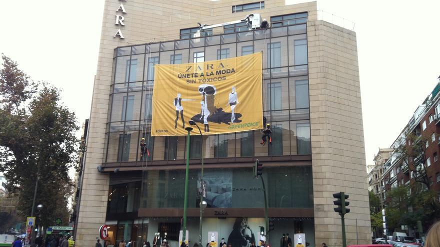 Varios activistas de Greenpeace despliegan una pancarta en una tienda de Zara en Madrid. H.J