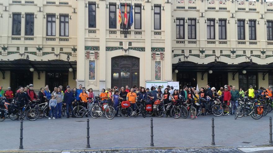 Los ciclistas en la Estación del Norte de Valencia antes de salir hacia París.