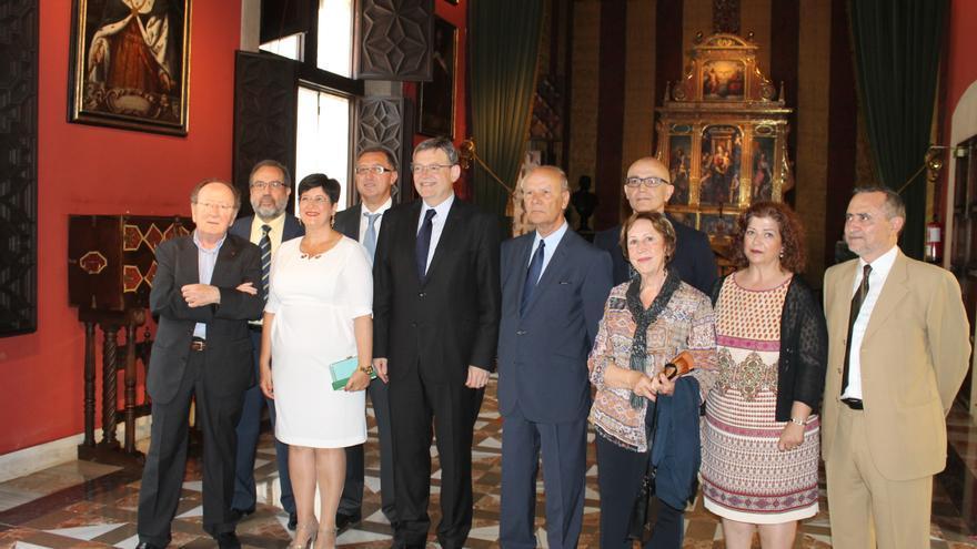 Els nous acadèmics i el president i la secretària de l'Acadèmia, amb el president Ximo Puig.