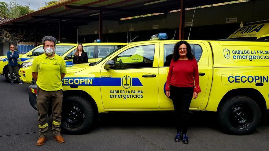 Nieves Rosa Arroyo y María Rodríguez con los nuevos vehículos.
