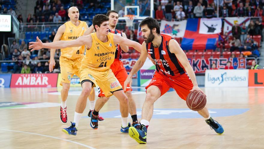 San Emeterio conduce el balón ante Oriol Paulí. FOTO: ACB Photo/I. Martín