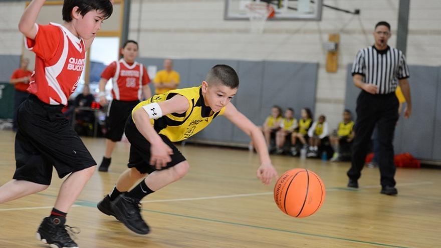 Niños jugando a baloncesto / U.S. Marine Corps