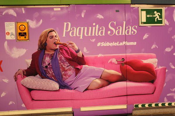 """Vinilo de la campaña publicitaria de la serie """"Paquita Salas"""" en el Metro de Chueca por el Orgullo 2018   Somos Chueca"""