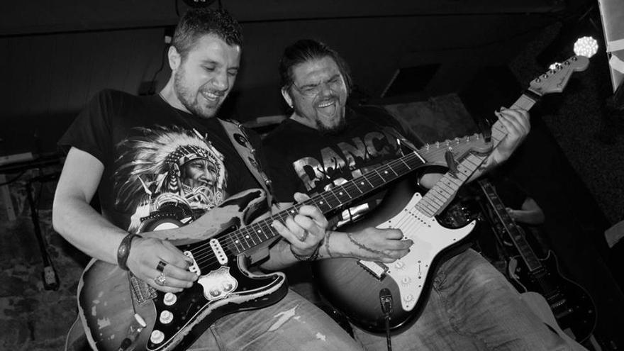 Dos de los integrantes de Los Fitoterapia, durante un concierto en directo. | NANI IBAÑEZ