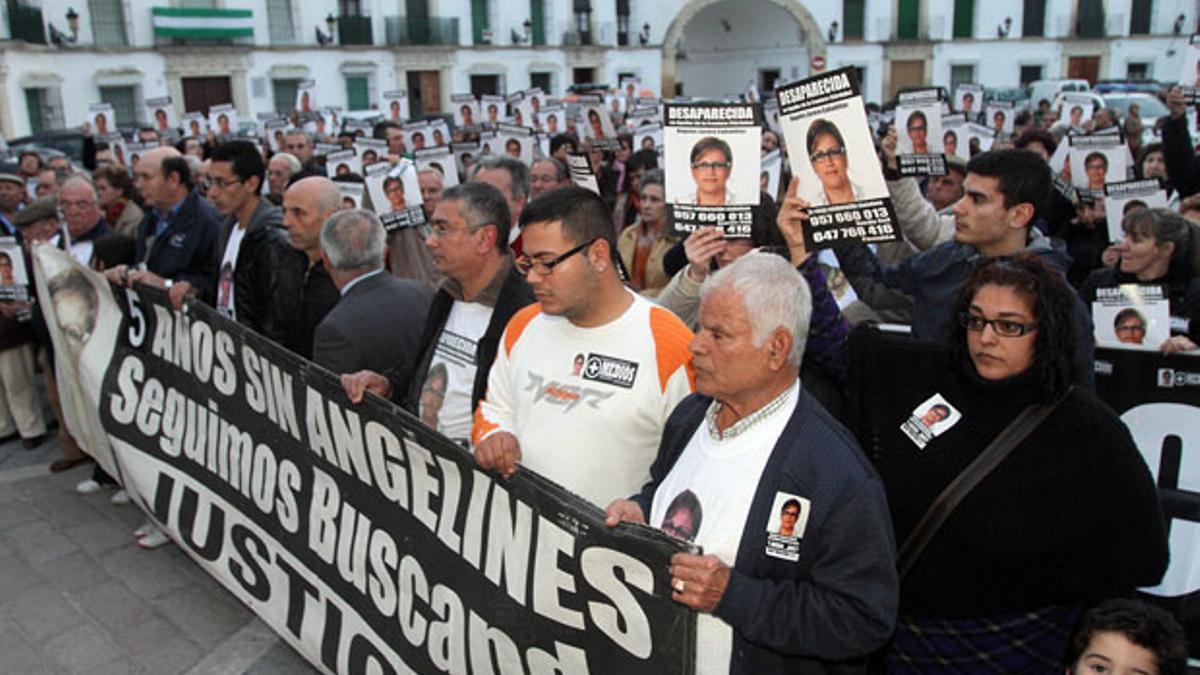 Imagen de archivo de una manifestación en memoria de Ángeles Zurera, con la familia en primer plano.