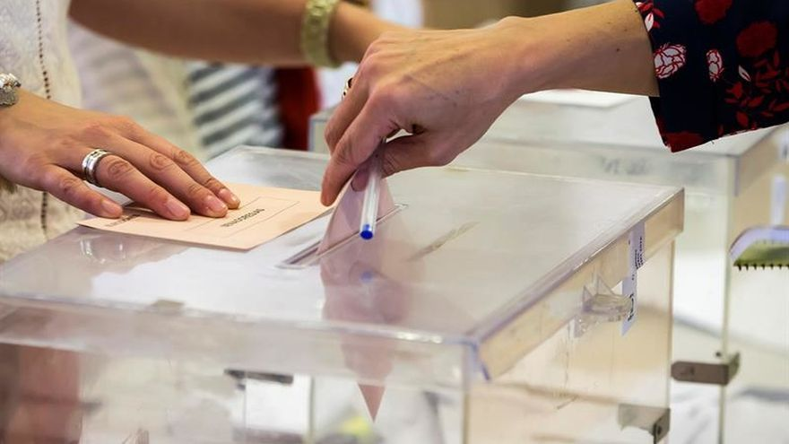 Una encuesta pronostica una bajada del PP y una ligera recuperación al PSOE