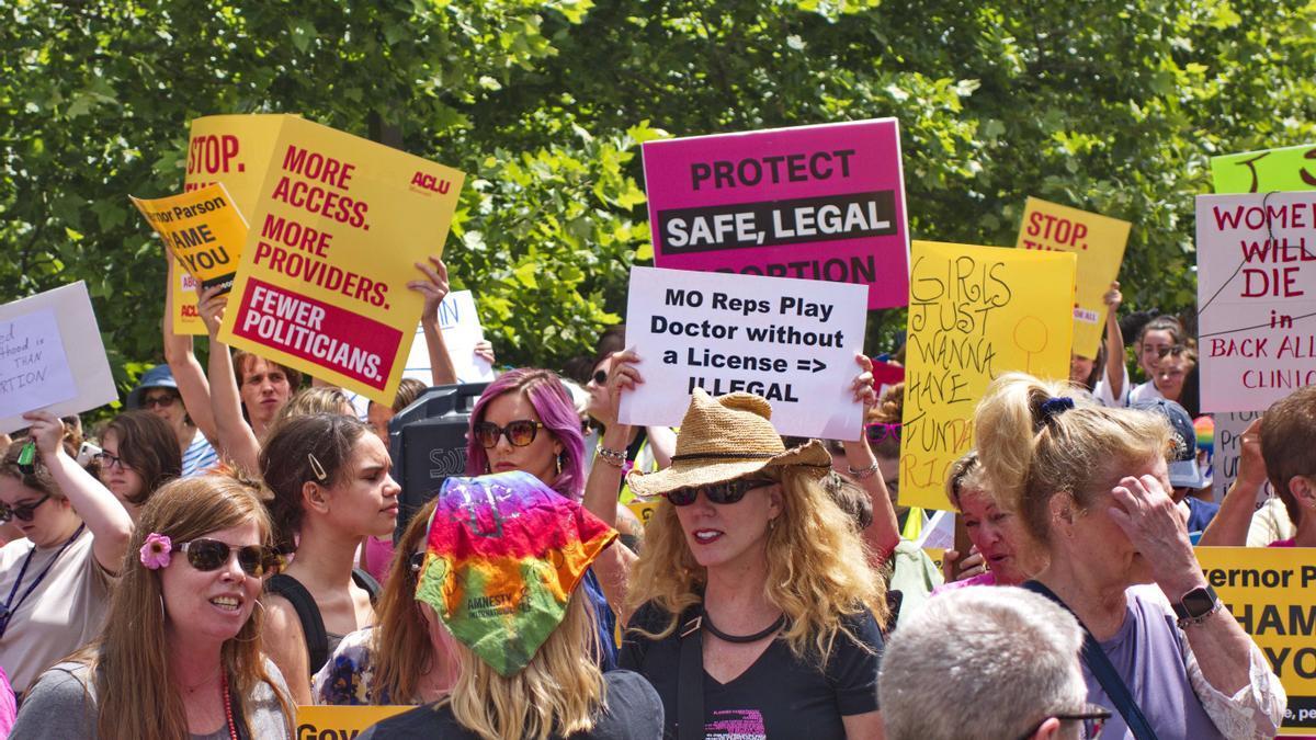 Activistas celebran una concentración en el centro de San Louis para protestar por el posible cierre de un local de Planned Parenthood en 2019.
