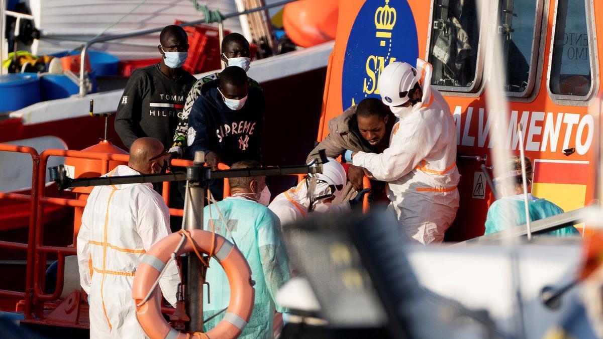 Un grupo de personas desembarca en Tenerife tras ser rescatadas por Salvamento Marítimo